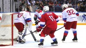 Putin, hokey maçında 10 gol birden attı
