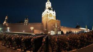 Rus ordusu gece yarısı Kızıl Meydan'da prova yaptı