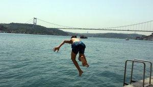 Sıcaktan bunalan İstanbullular soluğu boğaz kenarında aldı