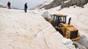 Yaylasında kar, sahilinde deniz keyfi yaşanıyor