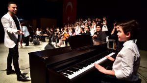 Bornova'da kursiyerlerden dans ve müzik ziyafeti