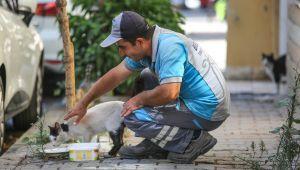 Buca'nın koca yürekli temizlik personeli sokaklara sevgi ekiyor