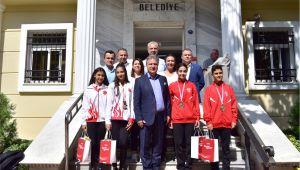 İduğ'dan madalyalı sporculara kutlama