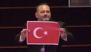 AP'den Türk bayrağını yırtan Yunan parlamentere 4 günlük men cezası