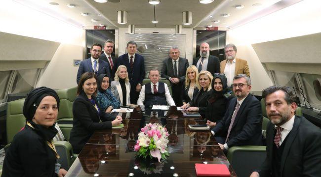 Cumhurbaşkanı Erdoğan, Ukrayna ziyareti dönüşü gazetecilerle söyleşi gerçekleştirdi