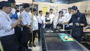 DEÜ'li Genç Aşçılar Masterchef Cemre İle Hint Yemeği Yaptı