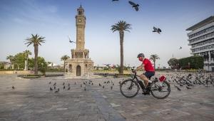 Başkan Soyer kutlamalara bisikletiyle katıldı