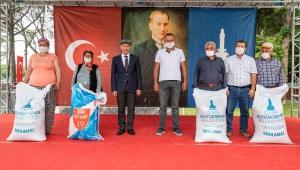 İzmir Büyükşehir Belediyesi'nden köylüye ilk defa yem desteği Üretenin yanında duracağız