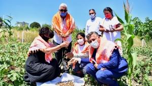 İzmir Köy-Koop Birliği Başkanı Neptün Soyer yerel üreticinin heyecanına ortak oldu
