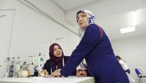 Türk ve Suriyeli kadınlar 252 bin koruyucu yüz maskesi üretecek