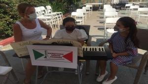 Karşıyaka Sanat Derneği, çocuklara piyano çalmasını öğretecek...