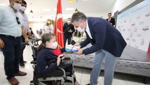 Bayraklı'da öğrencilere tablet dağıtımına başlandı