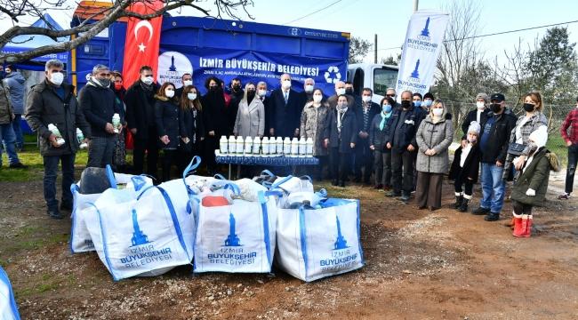 İzmir Büyükşehir'den Zirai ambalaj atıklarını toplayan üreticiye gübre desteği