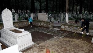 Kuşadası'ndaki Mezarlıklarda Hummalı Çalışma
