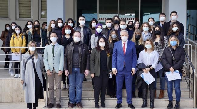 Başarılı doktora öğrencileri sertifikalarını Rektör Budak'ın elinden aldı