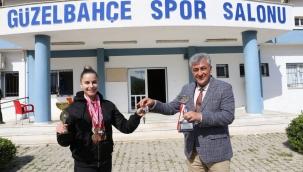 Başkan spor salonunun anahtarını şampiyona teslim etti