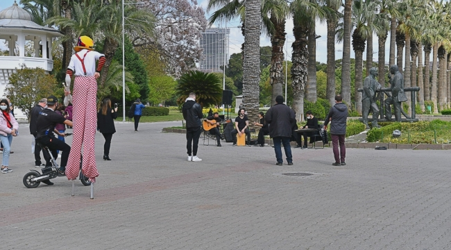 Büyükşehir hem İzmir'i sanatla buluşturdu hem sanatçılara destek oldu