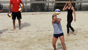 İzmir'de plaj voleybolu zamanı