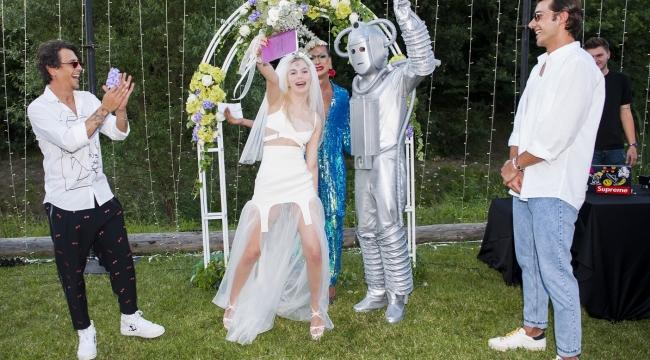 Aleyna Tilki, Robot ile evlendi...